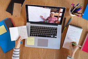 aluno-estudando-video-aula-ead