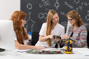 estudantes-fazendo-um-novo-projeto-com-auxilio-do-professor