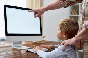 garoto-estudando-online-pelo-computador
