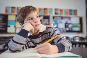menino-prestando-atencao-em-sala-de-aula